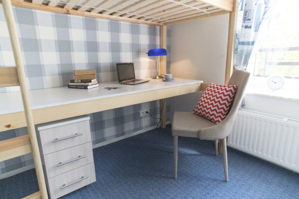 Biurko w pokoju hotelowym
